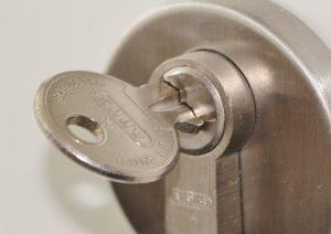 ¿Cómo se realiza el mantenimiento de una cerradura?